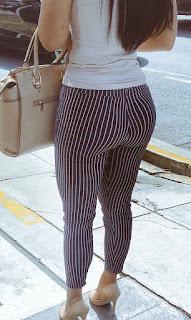 Bonita mujer calle rica cola parada leggins