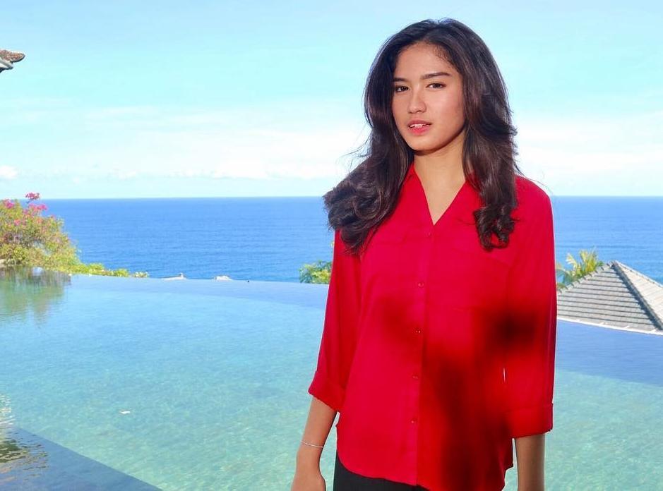 Ochi Rosdiana Pakai Baju Merah