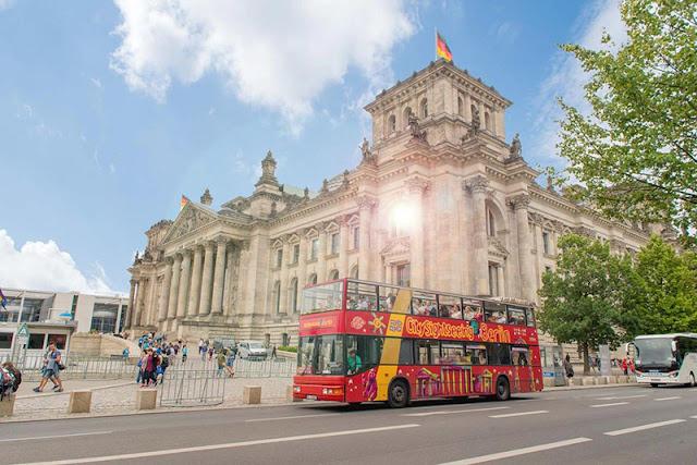 Ônibus próximo aos pontos turísticos de Berlim