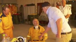 Australia brucia pompiere non stringe mano a premier