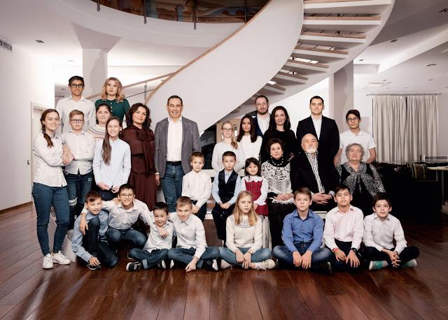 Миллиардер Роман Авдеев, будучи отцом шестерых детей, усыновил еще17