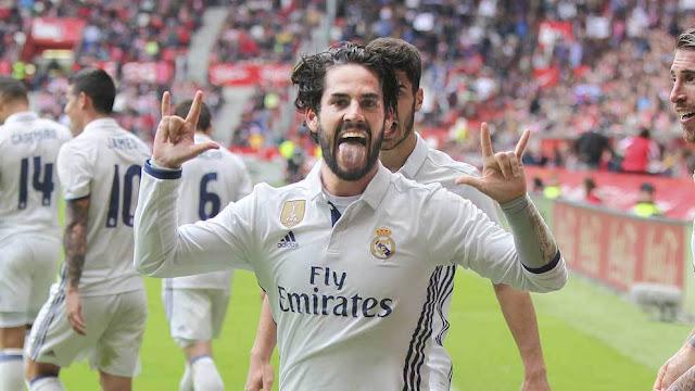 El jugador profesional de fútbol Isco dice I Love You (ILY) en lengua de signos americana (ASL)