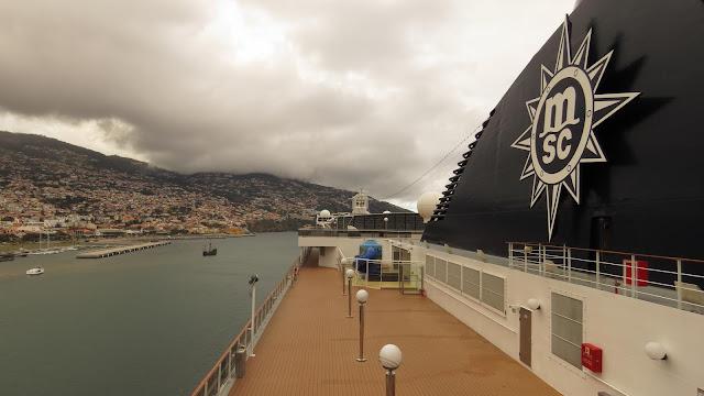 a modern cruise ship and the old nau Santa Maria