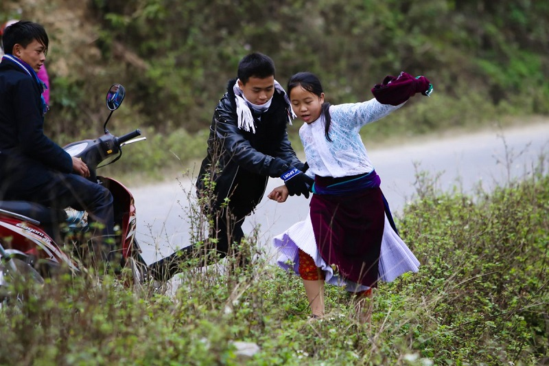 "Pulling wife"" custom of Hmong people in marriage 