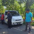 Parkir Mobil Di Tengah Jalan, Sejumlah Warga Dk Tumbu Pemalang Atur Lalin