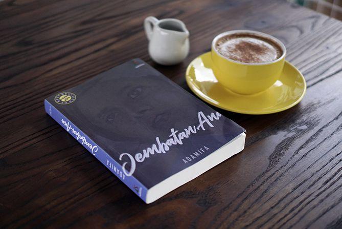 Membaca novel Jembatan Ana sembari menyesap kopi
