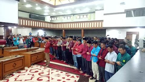 Mahasiswa Sholat Gaib di Gedung Sidang Paripurna