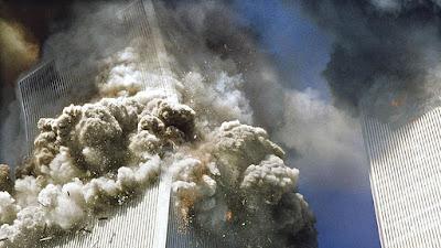 Una de las Torres Gemelas del World Trade Center (WTC) en Nueva York se derrumba tras el impacto de un avión, 11 de septiembre de 2001.