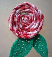 http://www.elarcadeglops.com/2012/02/tutorial-flor-espiral-de-tela.html