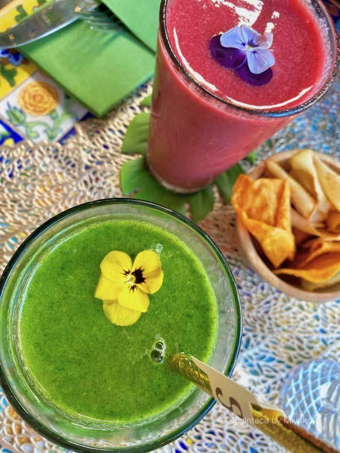 マドリードのカフェで飲んだ可愛い黄色の花が添えられた緑色のベジースムージー