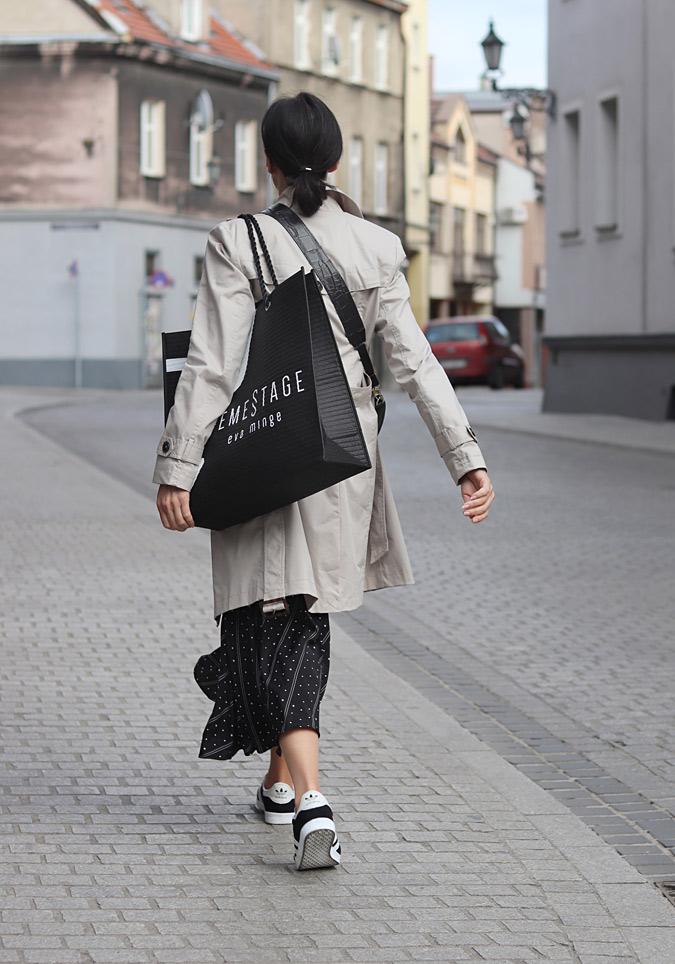 spódnica plisowana i sneakersy