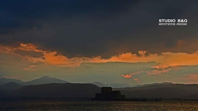 Το ηλιοβασίλεμα στο Ναύπλιο τείνει να γίνει δημοφιλές όσο της Καλντέρας στη Σαντορίνη (βίντεο)