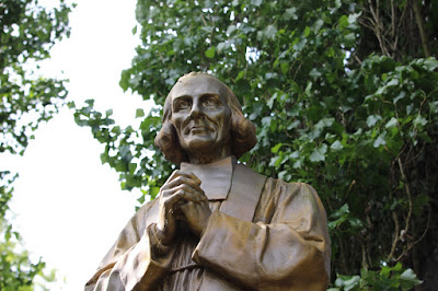Curé d'Ars, statue à Ars ©F.D KT42