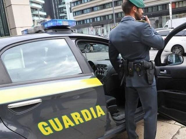 A Napoli le Fiamme Gialle catturano sei contrabbandieri di sigarette. Uno era un latitante