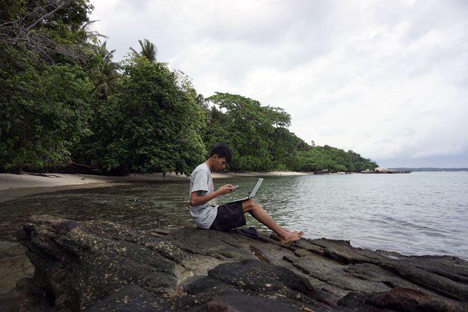 Aku menyempatkan waktu mencari ide di tepian pantai di Karimunjawa
