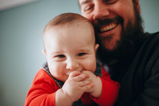 صور طفل يلعب مع ابوه