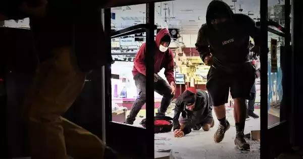 Σάμος:Μετανάστες κάνουν μαζικό πλιάτσικο σε κατεστραμμένα σπίτια & μαγαζιά -Αρπάζουν ό,τι βρουν!
