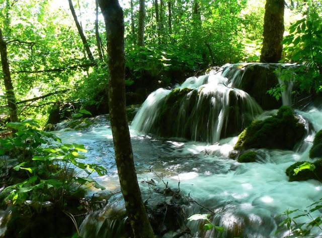 جولة سياحية أجمل البلاد مستوى العالم كرواتيا بليتفيتش Small-waterfall-at-the-Plitvice-Lakes.jpg