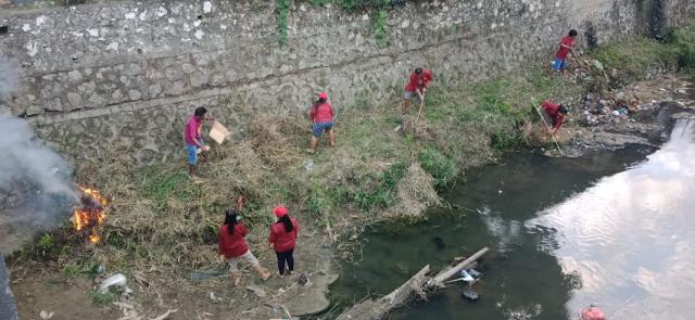 Peduli Lingkungan, Lurah Pantan Ajak Mahasiswa KKN UKI Bersihkan Sungai