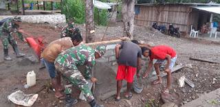 Peduli Kebersihan Lingkungan, Satgas Pamtas Yonif R 142/KJ Bangun Bak Sampah di Desa Takirin
