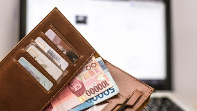 uang rupiah dan kartu kredit di dalam dompet