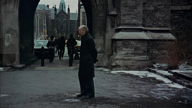 Ayah Clare menunggu anaknya untuk menjemputnya pulang ke rumah