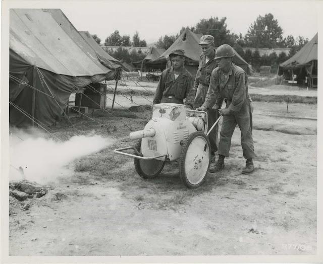 Zdjęcie pokazujące użycie DDT przez medyczny oddział wojskowy w Korei