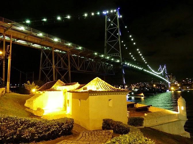 Ponte Hercílio Luz e Forte Sant'Anna, em Florianópolis