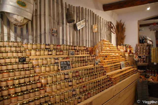 Prodotti esposti in un negozio tipico di Les Saintes Maries de la Mer
