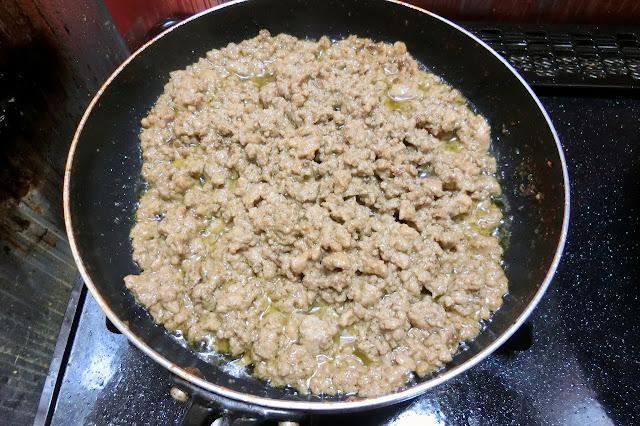 同じフライパンで、菜箸を4~5本持ちながら水けをきった豆腐を崩しながら炒め、水分が蒸発したらひき肉を加えてかたまりがなくなるように炒め、肉の色が変わったら【鶏そぼろ用合わせ調味料】を加え、さらに炒めます。  煮汁が完全になくならないように、直前で火を止めます。 丼に持った炒り卵の空いているスペースに盛り付けます。