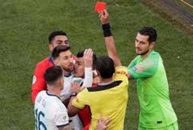 Messi tak Dikartu Merah, Dibantu Wasit atau Beruntung?
