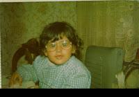 Una niña de apenas un año con unas gafas