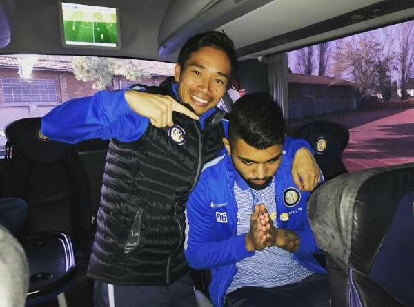 YUTO Nagatomo festeggia il compagno Gabriel Barbosa