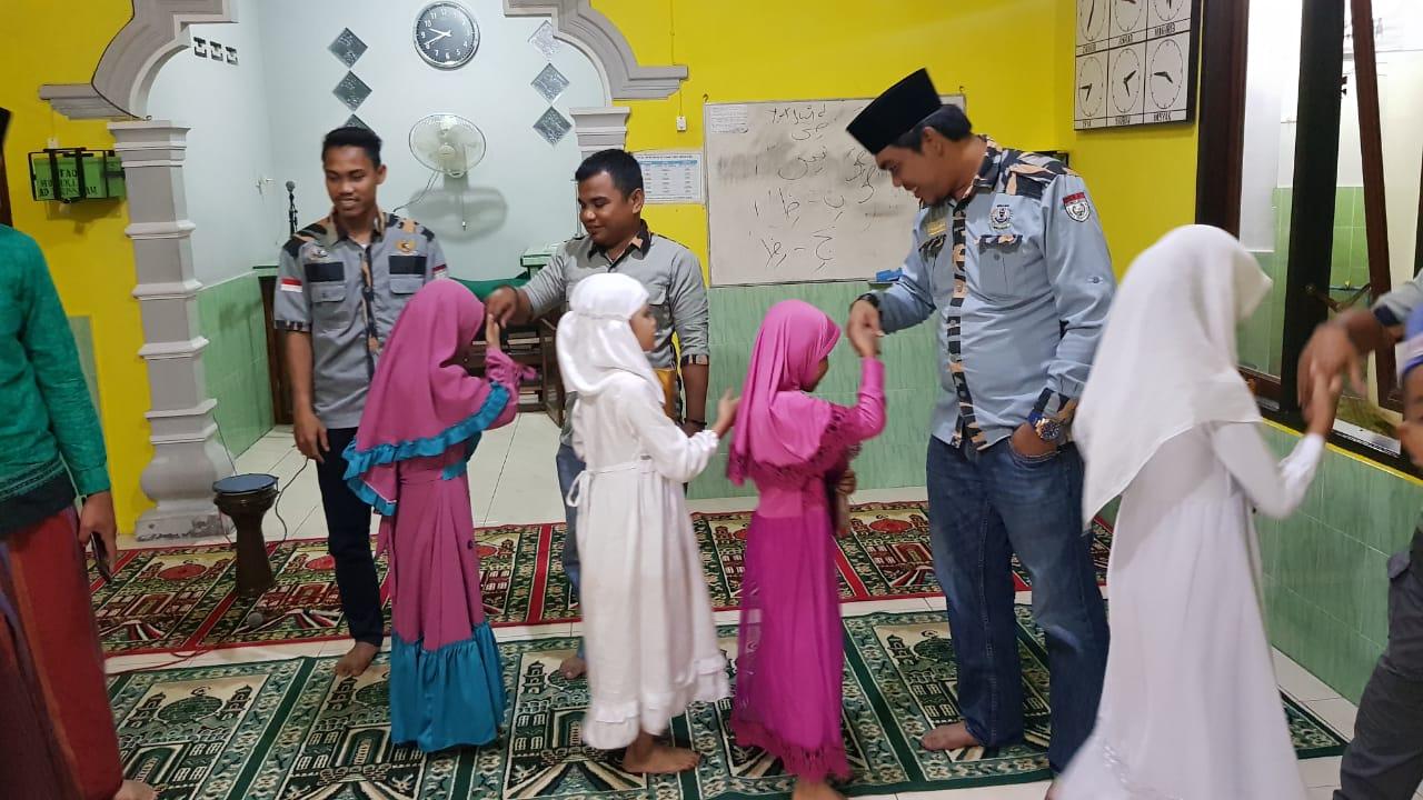 Ketua GM Pekat IB Sumut Khairul Anhar Harahap saat mengunjungi Mushalla Addarusalam Tanjungbalai.