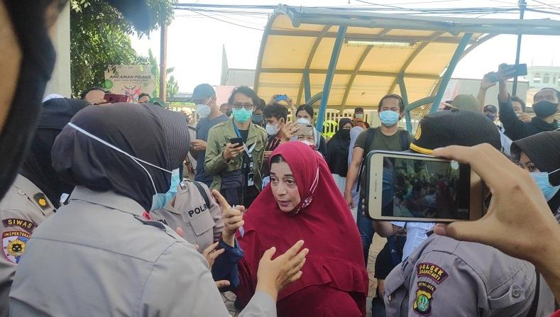 Polisi Larang Emak-emak Masuk ke Ruang Sidang Eksepsi Habib Rizieq
