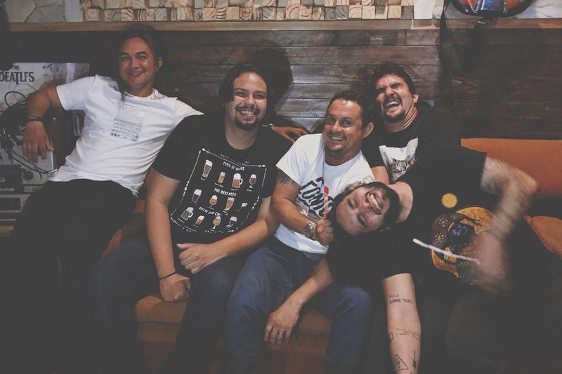 """A banda cearense Conte! segue os lançamentos de conteúdo extra do álbum """"A Venda"""" com uma versão acústica da faixa inédita """"Vou"""". Criando um clima intimista e gravada em voz e violão, a música traz uma mensagem de resiliência e renovação."""