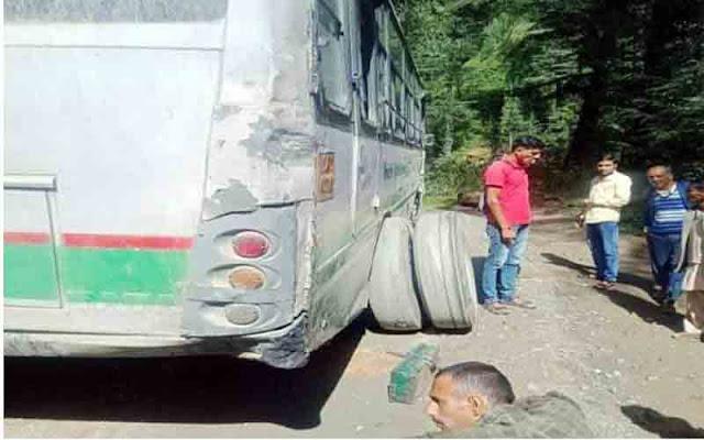 मंडी: चलती HRTC बस के खुले दोनों टायर, बस में सवार थी 32 सावरिया, और फिर