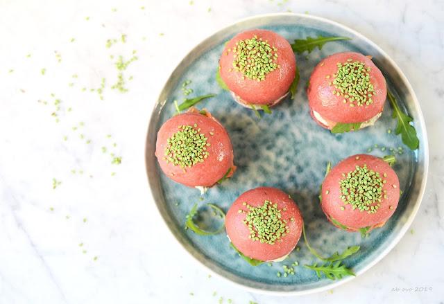 Panini alla barbabietola con trota affumicata e crema di formaggio al wasabi e tè matcha