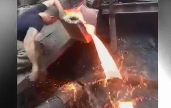 Video Viral Tangan Seorang Pria Tidak Terluka Saat Sentuh Cairan Logam Panas