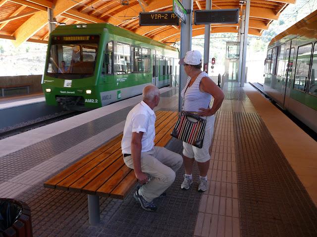 И вот мы на платформе ждем поезд, который нас поднимет к монастырю Монсеррат