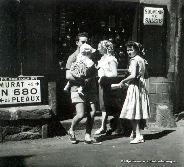 photo noir et blanc de Salers dans le Cantal en 1952