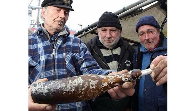 هؤلاء الصيادون عثروا على  رسالة في زجاجة بعد 103 سنة  شاهد ما المكتوب بها !!