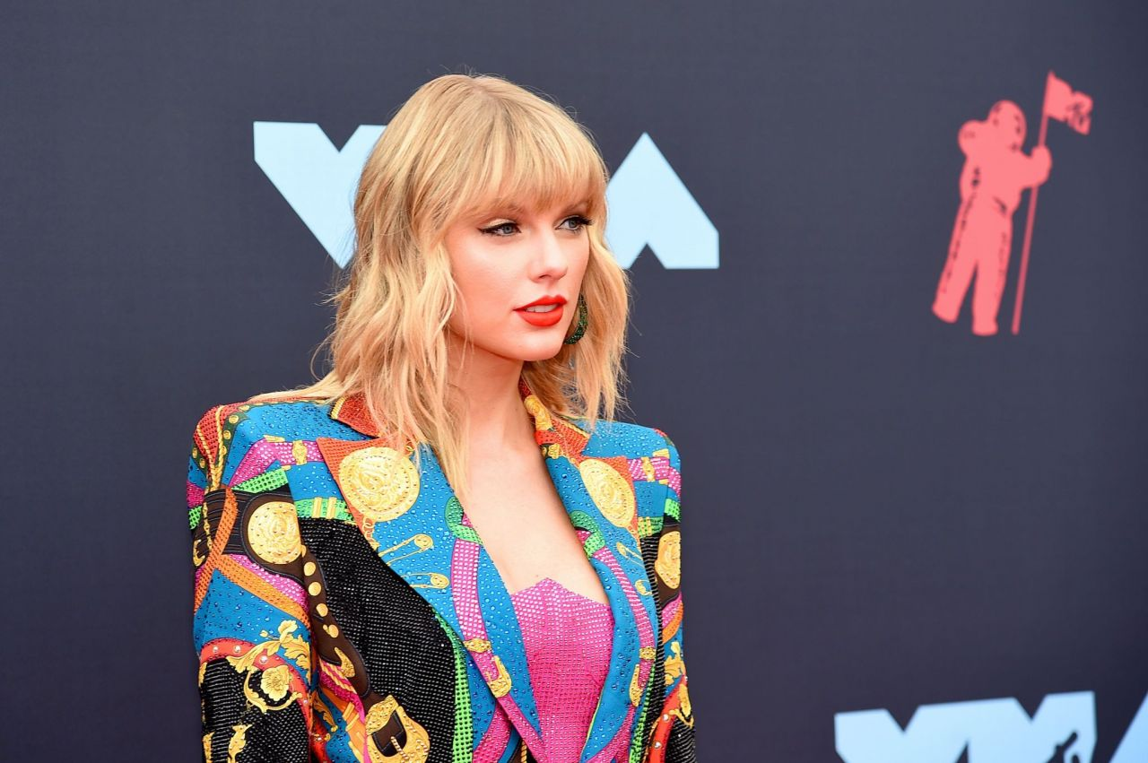 Taylor Swift makes a statement in Versace at the 2019 MTV VMAs