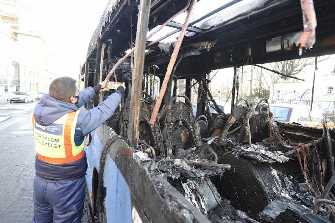 Kiégett egy busz reggel Budapesten