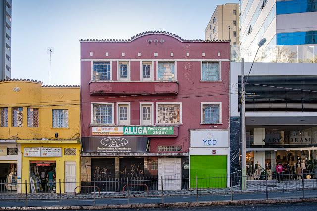 Pequeno edifício na Av. João Gualberto