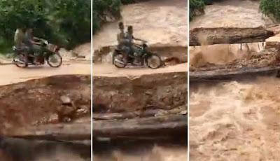 Detik-detik pengendara sepeda motor jatuh ke sungai yang sedang banjir.