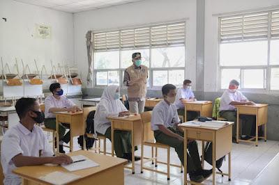 Gubernur Aceh, Nova Iriansyah, didampingi Plt. Kepala Dinas Pendidikan Aceh, Alhudri, meninjau penerapan protokol kesehatan di SMA Negeri 1 Banda Aceh, Kamis (7/1/2021).