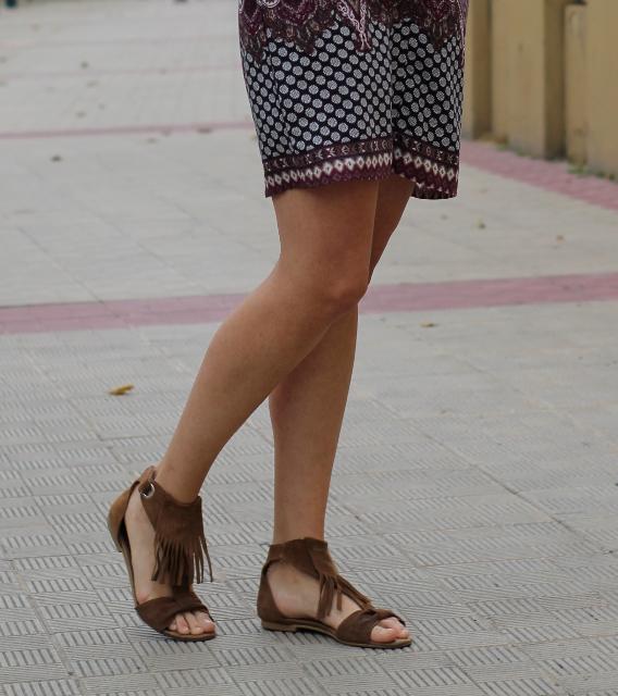 Estampado cachemir y sandalias con flecos