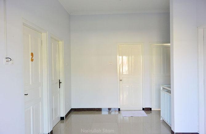 Nuansa putih dominan di salah satu rumahnya