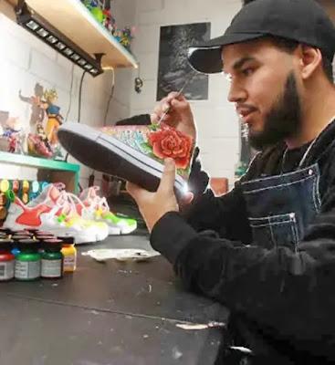 Artista personaliza con caricaturas los zapatos de los cracks del fútbol chileno